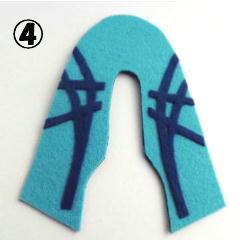 (2)④アイロンフェルトからロゴ(紺色)を切り抜いて、くつの外側のハードフェルト(水色)にアイロンで貼り付けます。⑤ポンチで靴ひもを通す穴を開けます。